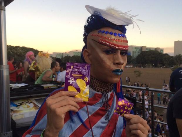 O personagem andrógeno Nell Dançarino, que participou da19ª Parada do Orgulho LGBT em Brasília neste domingo (26) (Foto: Mateus Vidigal/G1)