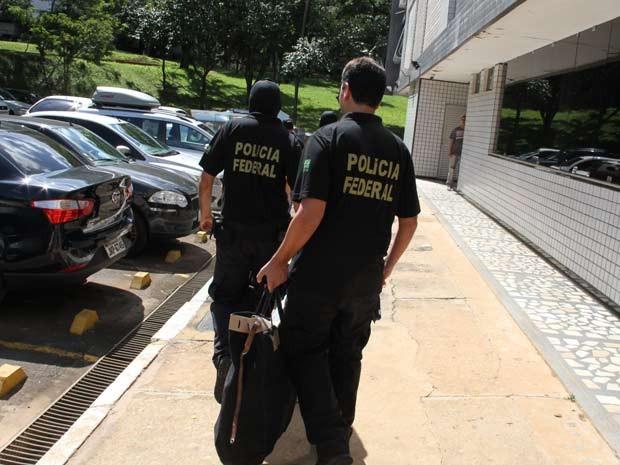 Policiais deixam prédio na Asa Norte com documentos apreendidos em apartamento  (Foto: Vianey Bentes/TV Globo)