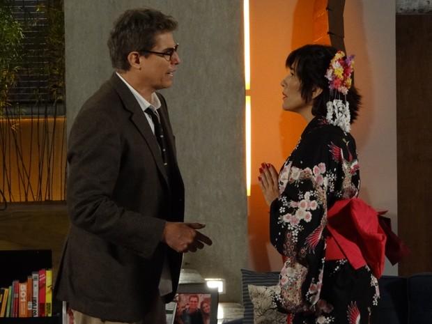 Roberta surge como uma gueixa sensual para Felipe (Foto: Guerra dos Sexos/TV Globo)