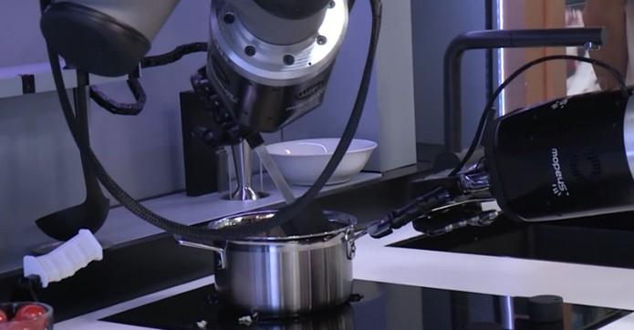Robô-chef consegue imitar os movimentos das pessoas e preparar ótimos pratos (Foto: Reprodução/YouTube)