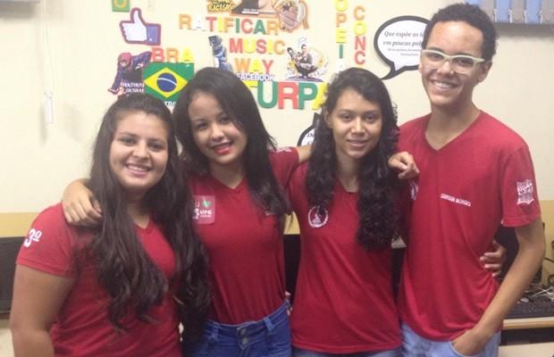 Juntos, estudantes celebram aprovações em instituições federais, em Goiás (Foto: Fernanda Borges/G1)