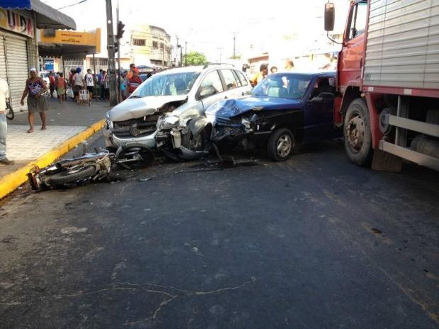 Acidente com cinco veículos complica trânsito no bairro de Água Fria, no Recife. (Foto: Kety Marinho/TV Globo)