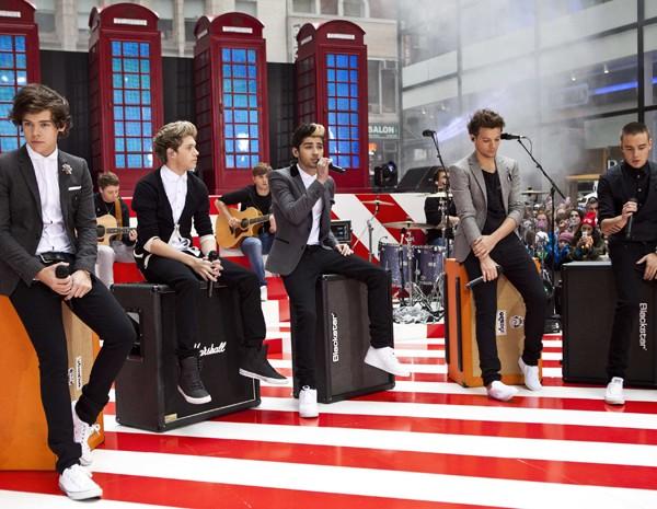 Integrantes do grupo britânico One Direction cantam durante apresentação no programa de televisão 'Today', em Nova York, nesta terça-feira (13) (Foto: Andrew Burton/Reuters)