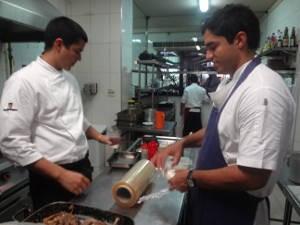 Felipe e Thiago Castanho trabalham juntos no restaurante (Foto: Natália Mello / G1)