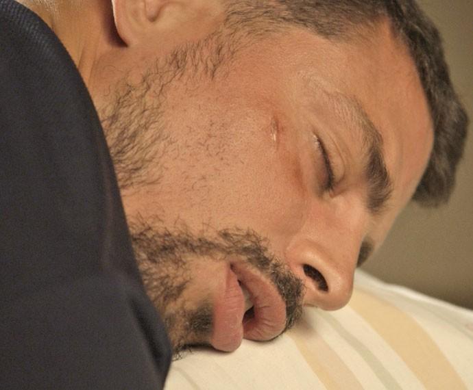 "Juliano ""apaga"" após levar coronhada na cabeça (Foto: TV Globo)"