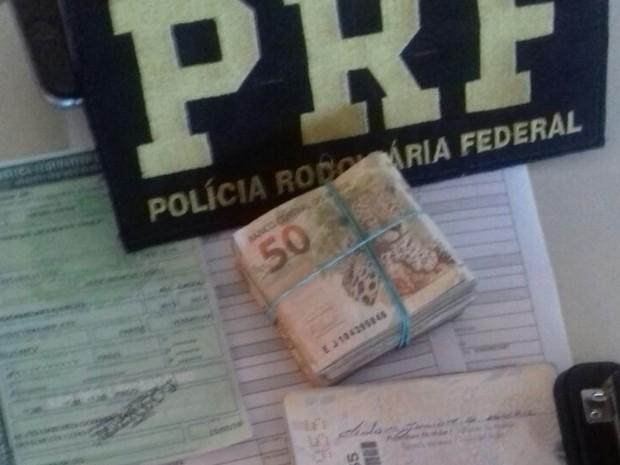 Aos policiais, ocupantes do carro abordado pela PRF disseram que usariam o dinheiro em compras no Paraguai (Foto: PRF/ Divulgação)