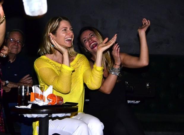 Letícia Spiller e Suzana Pires na plateia durante o show do folho Pedro Novaes (Foto: Henrique Oliveira/Ag News)
