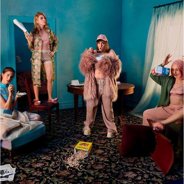 A atriz Lena Dunham no ensaio com suas colegas de 'Girls' (Foto: Instagram)