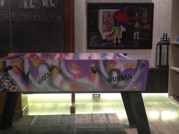 Mesa de pebolim foi customizada com grafite  (Foto: Andrea Duarte / arquivo pessoal )