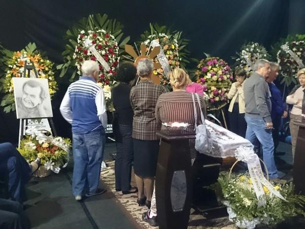 Familiares e amigos se despedem do ator Umberto Magnani em Santa Cruz do Rio Pardo (Foto: Renata Marconi/G1)