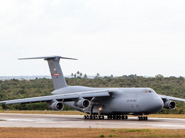 O C-5 Galaxy pousou na Base Aérea de Natal na manhã desta quinta-feira (Foto: Enilton Kirchhof)