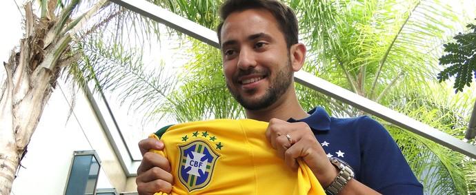 Everton Ribeiro com a camisa da Seleção (Foto: Tarcisio Badaró)