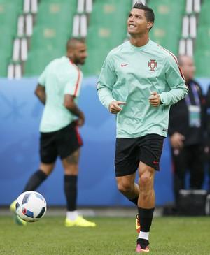 Cristiano Ronaldo no treino de Portugal (Foto: REUTERS/Robert Pratta)