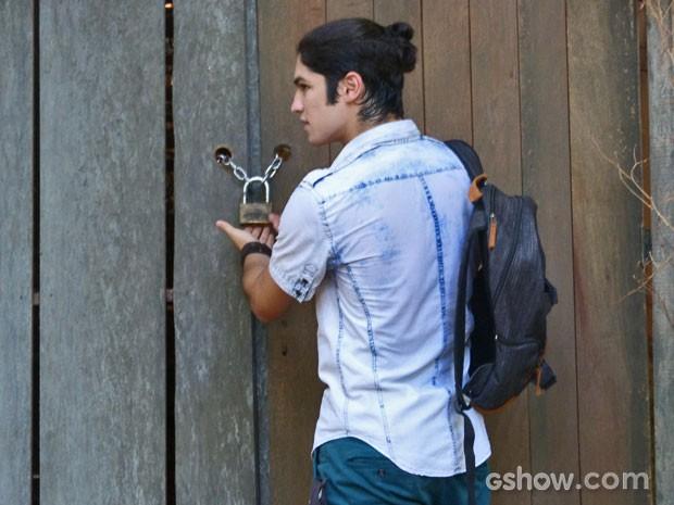 Antônio percebe que a chave sumiu da cabana (Foto: Malhação / Tv Globo)
