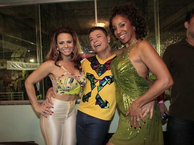 Viviane Araújo, David Brazil e Adriana Lessa na quadra da Imperatriz na Zona Norte do Rio (Foto: Isac Luz/ EGO)