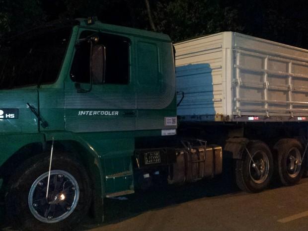 Parte inferior do caminhão estava suja, exceto os parafusos do compressor de ar (Foto: Divulgação/4ªCIPM)