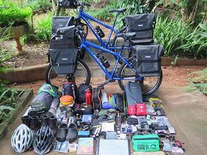 Com a bicicleta, cada um carrega cerca de 50kg em equipamentos (Foto: Arquivo pessoal)