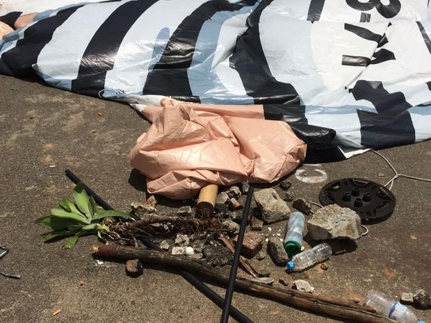 Pedras e paus foram lançados sobre boneco Pixuleco (Foto: Isabela Leite/G1)