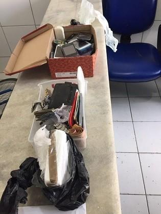 Celulares, cocaína e roupas furtadas foram apreendidos (Foto: Divulgação/SSP-AL)