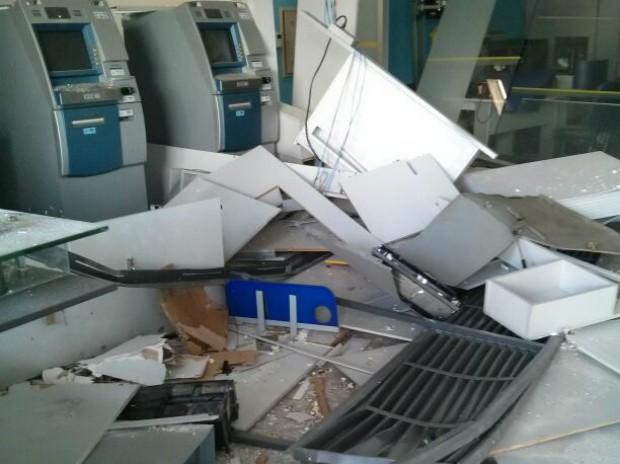 Destroços se espalharam pela agência depois da explosão (Foto: Cláudio Nascimento/ TV TEM)