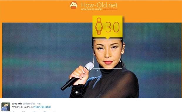 Cantora Sade, de 56 anos, foi identificada como mulher de 30 por site da Microsoft (Foto: Reprodução / Twitter)