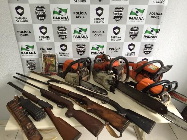 Objetos foram apreendidos em área de assentamento vizinha à área desmatada, em Mangueirinha (Foto: Polícia Civil / Divulgação)