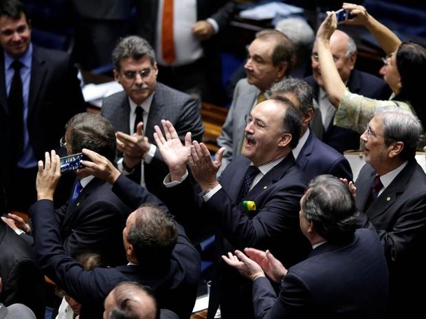 Senadores a favor do impeachment aplaudem após a votação que decidiu pela admissibilidade no Senado Federal, em Brasília (Foto: Ueslei Marcelino/Reuters)