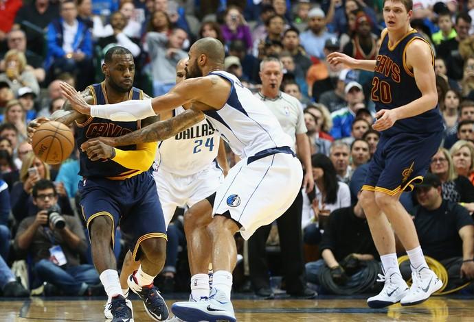 LeBron teve boa atuação contra os Mavericks na terça-feira (Foto: Getty Images)