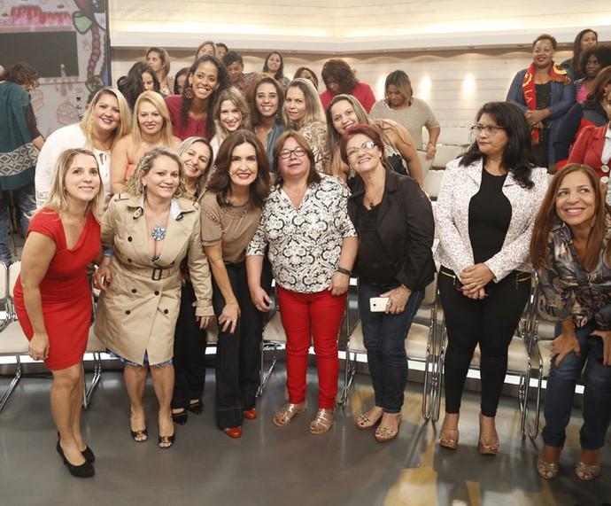 Fátima tira foto com a plateia do programa  (Foto: Raphael Dias/Gshow)
