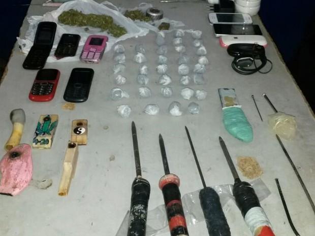Material foi apreendido na cadeia após fuga de suspeitos em Serra Talhada (Foto: Divulgação/Polícia Militar)