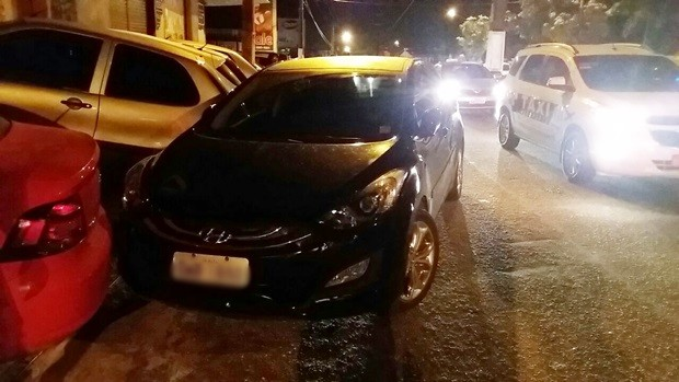 Carro foi largado no meio da rua, atrapalhando o trânsito e bloqueando a saída de outros dois automóveis (Foto: Divulgação/PM)