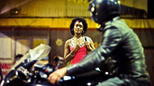 Erika Januza é a protagonista de Subúrbia, que se passa no na Zona Norte do Rio de Janeiro, nos anos 90 (Foto: Globo)