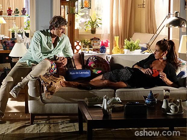 Cadu tenta atrair a atenção da mulher para projeto do restaurante (Foto: Em Família/TV Globo)