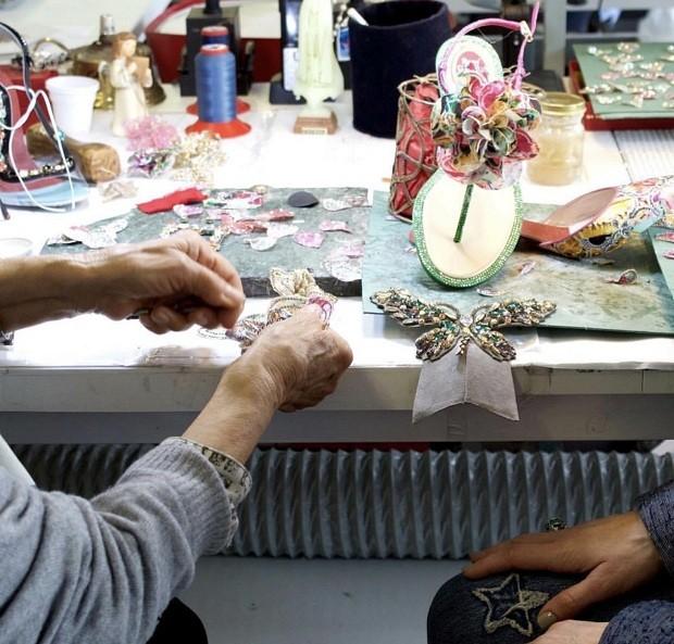 Métodos totalmente artesanais no ateliê da marca em Veneza (Foto: Divulgação)