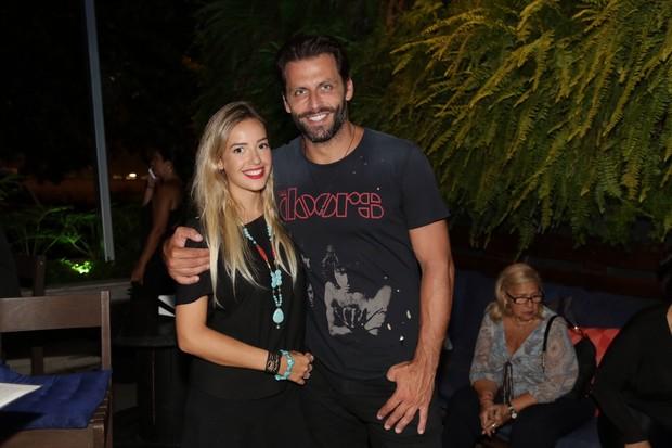 Henri Castelli posa com a namorada (Foto:  Felipe Assumpção e Alex Palarea  / AgNews)