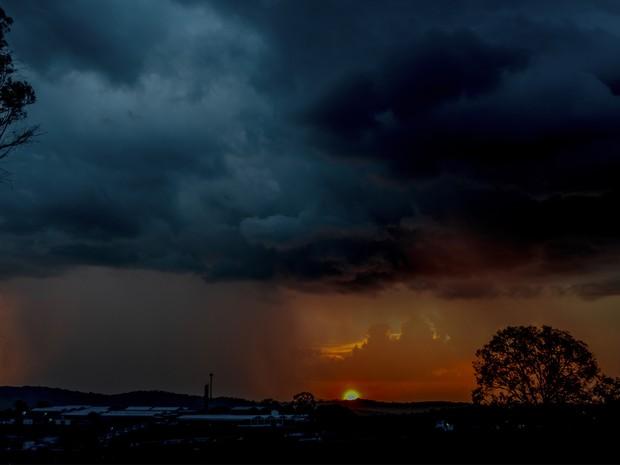 Fotógrafo registra temporal durante pôr do sol em Varginha, MG (Foto: Rodrigo Naves / Arquivo pessoal)