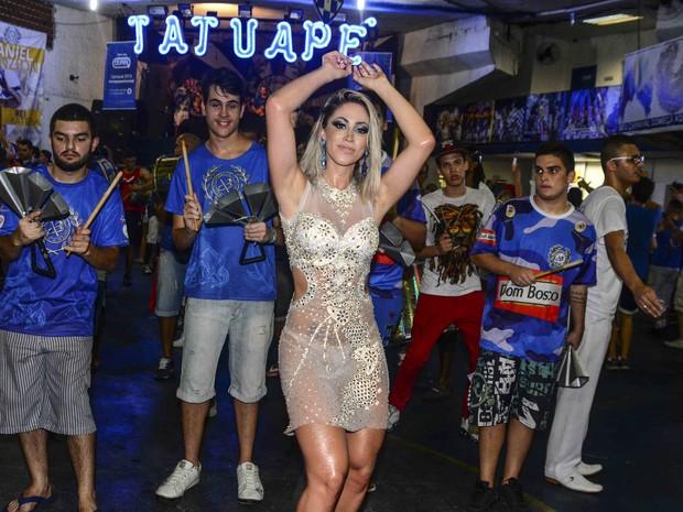 Ex-panicat Carol Narizinho na quadra da Acadêmicos do Tatuapé em São Paulo (Foto: Leo Franco/ Ag. News)