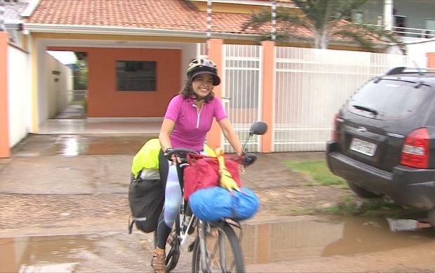 Pâmela viaja o Brasil de bicicleta (Foto: Rondônia TV)