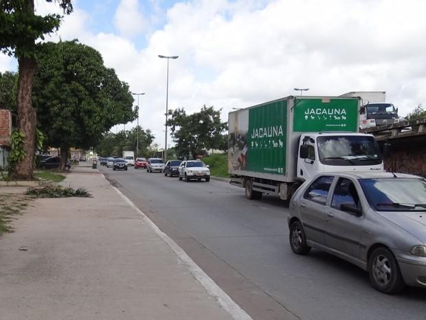 Entorno da BR-101, na Zona Oeste da capital, tem pontos crônicos de alagamento (Foto: Penélope Araújo/G1)