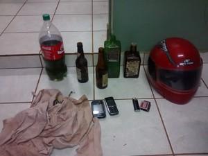 Dois homens e dois menores foram apreendidos com material para fabricação de coquetel molotov (Foto: Polícia Militar/Divulgação)