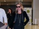 Kate Moss usa look discreto ao desembarcar em São Paulo
