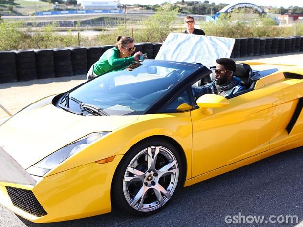 Isso que é motorista! Lázaro se prepara para gravar com seu supercarro! (Foto: Aline Kras/TV Globo)