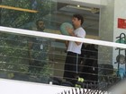Cuidando do corpão! Cauã Reymond vai a academia no Rio