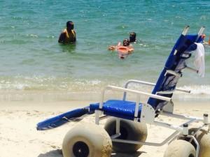 Projeto 'Praia Acessível' ajuda quem tem mobilidade reduzida (Foto: Livia Albernaz/ PMV)
