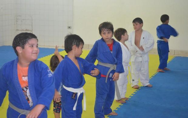 Pequenos judocas aprendem disciplina no esporte (Foto: Tercio Neto/GLOBOESPORTE.COM)