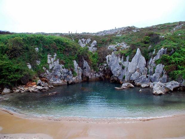 A praia de Gulpiyuri tem água salgada e cristalina, que chega por túneis entre as rochas (Foto: Ramon Dias/Creative Commons)