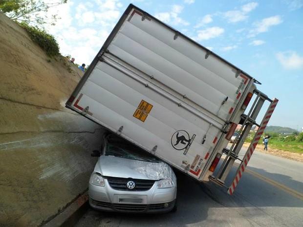 Motorista do carro foi levado para para pronto-socorro (Foto: Corpo de Bombeiros de Brusque/Divulgação)