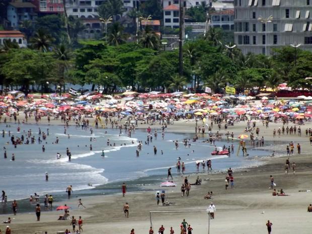 Calor leva milhares de pessoas às praias de São Vicente, no litoral de SP (Foto: Ivair Vieira Jr/G1)