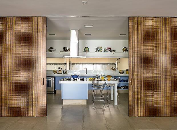 Porta de correr: feita para isolar cozinha e living, recebeu a treliça, também chamada de muxarabi, permitindo a ventilação dos espaços (Foto: Edu Castello/Editora Globo)