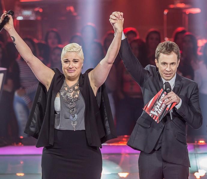 D´Lara comemorando no palco do The Voice Brasil (Foto:  Artur Meninea/Gshow)